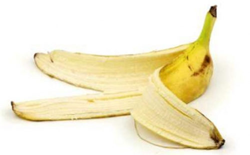 banana peel uses Banana peels are full of the nutrients plants need to thrive, like nitrogen and potassium there are many ways to use banana peels in the garden, but the easiest is to just throw the peel in the blender and then sprinkle it in the soil among your plants.